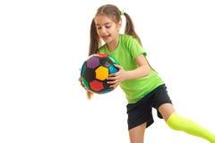 Niña feliz con el balón de fútbol multicolor en sus manos Imágenes de archivo libres de regalías