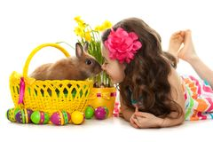 Niña feliz con el conejo y los huevos de pascua Foto de archivo