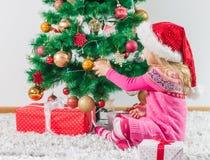 Niña feliz con el regalo de la Navidad fotografía de archivo libre de regalías
