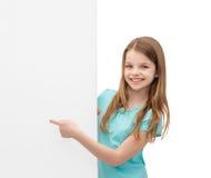 Niña feliz con el tablero blanco en blanco Imagen de archivo