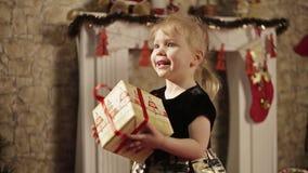 Niña feliz con la caja de regalo metrajes