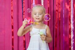 Niña feliz con las burbujas de jabón Fotos de archivo libres de regalías