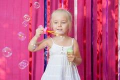 Niña feliz con las burbujas de jabón Imagen de archivo libre de regalías
