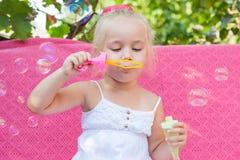 Niña feliz con las burbujas de jabón Imagen de archivo