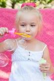 Niña feliz con las burbujas de jabón Imagenes de archivo