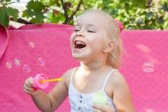 Niña feliz con las burbujas de jabón Fotografía de archivo libre de regalías