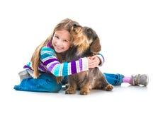 Niña feliz con su perro basset Fotos de archivo libres de regalías