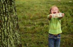 Niña feliz de Beautifull con la nota del dólar foto de archivo libre de regalías