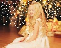 niña feliz del niño cerca del hogar del árbol de navidad Fotografía de archivo