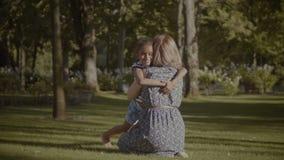 Niña feliz en abrazo del amor con su madre almacen de video