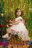 Niña feliz en el árbol de navidad blanco de la decoración del vestido imágenes de archivo libres de regalías