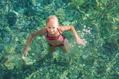 Niña feliz en el mar Imagen de archivo libre de regalías