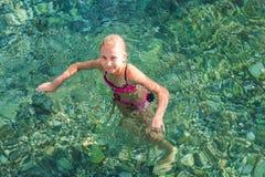 Niña feliz en el mar Fotografía de archivo libre de regalías