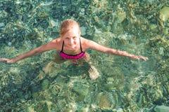 Niña feliz en el mar Fotos de archivo