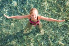 Niña feliz en el mar Fotografía de archivo