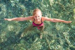 Niña feliz en el mar Imagenes de archivo