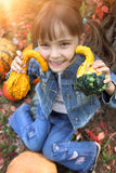 Niña feliz en el otoño Fotos de archivo