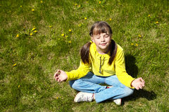 Niña feliz en el parque Fotografía de archivo libre de regalías