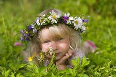 Niña feliz en guirnalda de las flores imagen de archivo libre de regalías