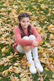 Niña feliz en hojas y naturaleza de otoño del bosque del otoño Niñez feliz Tiempo de la escuela Pequeño niño con otoño imagenes de archivo