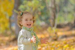 Niña feliz en parque Fotografía de archivo libre de regalías