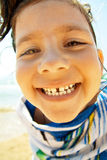 Niña feliz en una toalla de playa Fotografía de archivo libre de regalías