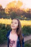 Niña feliz linda que sonríe en el día de verano Imagenes de archivo