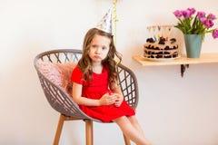 Niña feliz que celebra el cuarto cumpleaños en casa Fotos de archivo