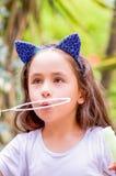 Niña feliz que juega con las burbujas de jabón en una naturaleza del verano, accesorios del azul que llevan de un tigre de los oí Fotografía de archivo