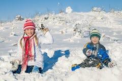 Niña feliz que juega el día de la nieve del invierno Imagenes de archivo