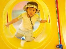 Niña feliz que juega en el patio Niños, felices, Fa fotos de archivo