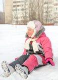 Niña feliz que juega en nieve fría del invierno Fotografía de archivo