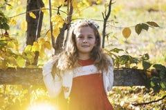 Niña feliz que ríe y que juega en el otoño en el paseo de la naturaleza al aire libre Foto de archivo libre de regalías