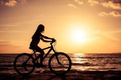 Niña feliz que se coloca en la playa Fotografía de archivo libre de regalías