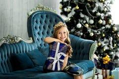 Niña feliz que sostiene muchas cajas con los regalos concepto de las vacaciones de invierno, de la Navidad y de la gente Imagen de archivo