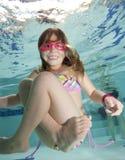 Niña feliz subacuática en piscina Fotografía de archivo