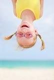 Niña feliz upside-down Fotografía de archivo