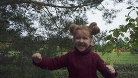 Niña feliz y emocionada al aire libre almacen de metraje de vídeo