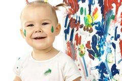 Niña feliz y su pintura en la tarjeta blanca Foto de archivo