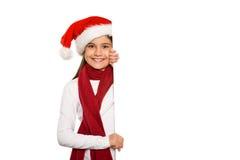 Niña festiva que muestra la tarjeta Imagen de archivo