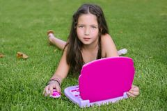 Niña hermosa con el ordenador rosado del juguete imagen de archivo libre de regalías