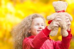 Niña hermosa con el oso de peluche. Fotos de archivo libres de regalías