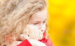 Niña hermosa con el oso de peluche. Imágenes de archivo libres de regalías