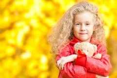 Niña hermosa con el oso de peluche Imagen de archivo