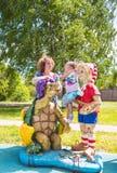 Niña hermosa con la abuela en el patio con Pinocchio y una tortuga imágenes de archivo libres de regalías