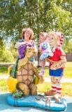 Niña hermosa con la abuela en el patio con Pinocchio y una tortuga fotografía de archivo libre de regalías