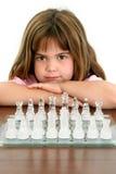 Niña hermosa con la tarjeta de ajedrez de cristal Fotos de archivo libres de regalías
