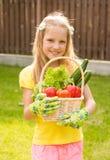 Niña hermosa con las verduras en cesta Fotos de archivo libres de regalías