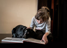 Niña hermosa con su perro Imagen de archivo
