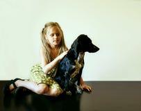 Niña hermosa con su perro Imagenes de archivo